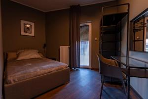 A bed or beds in a room at Apartamenty Dobry Browar