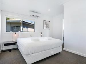 A bed or beds in a room at Luxury Waterfront Home In Surfers Paradise