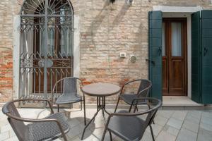 A seating area at Corte dei Santi