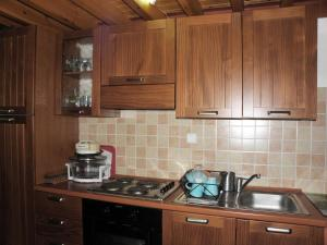 A kitchen or kitchenette at Koukos Cozy Cottage