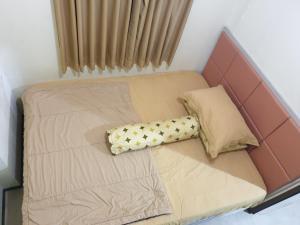 Tempat tidur dalam kamar di The Suite Metro By Hotspot Everyday