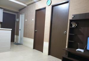 Kamar mandi di The Suite Metro By Hotspot Everyday