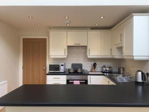 A kitchen or kitchenette at Luxury 2 Bedroom apartment good for London and Stansted