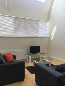 A seating area at Luxury 2 Bedroom apartment good for London and Stansted