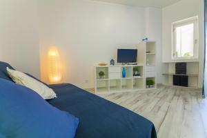 Een bed of bedden in een kamer bij Rei's House - T1 Praia da Rocha