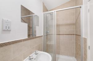 A bathroom at Valentis Executive Housing Harlow/Stansted Airport