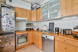 A kitchen or kitchenette at Cozy apartment for 4 people near Buttes Chaumont