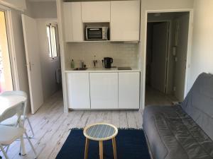 A kitchen or kitchenette at Studio Croix des Marins