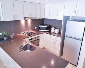 Кухня или мини-кухня в Wentworth Park Apartments