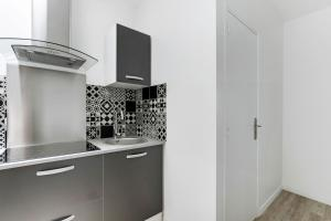 A kitchen or kitchenette at Pick A Flat's Apartment rue des Pyrénées/ in Menilmontan