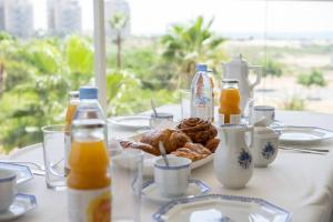 Breakfast options available to guests at Luxury Marina Apartment by Airsuite