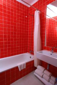 Vannas istaba naktsmītnē Prainha Clube