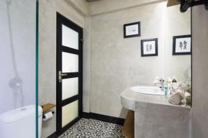 A bathroom at Balissimo Suites Seminyak