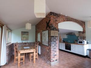 A kitchen or kitchenette at Beautiful eco cottage in Cheshire