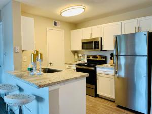 A kitchen or kitchenette at Luxury Rentals at Texas Medical Center