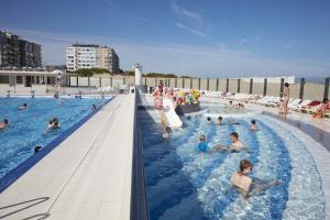 Het zwembad bij of vlak bij Zeedijk centraal Oostduinkerke