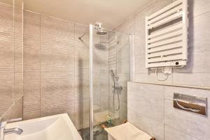 A bathroom at Comfortable and Modern Apartment for 3 People