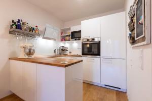A kitchen or kitchenette at Messe und City Apartment mit 25 m² Garten Lounge