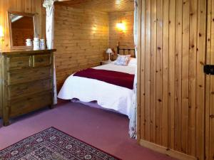 A bed or beds in a room at Fisherman'S Cottage