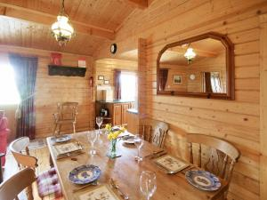 A restaurant or other place to eat at Pine Lodge