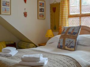 A bed or beds in a room at Pebbles