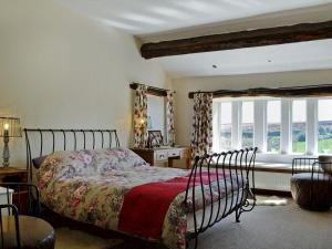 A bed or beds in a room at Far View Cottage
