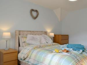 A bed or beds in a room at Carls Cottage