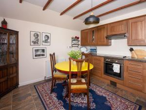 A kitchen or kitchenette at Crobeg