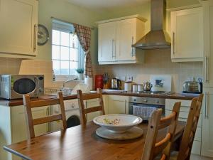 A kitchen or kitchenette at Sea View Cottage