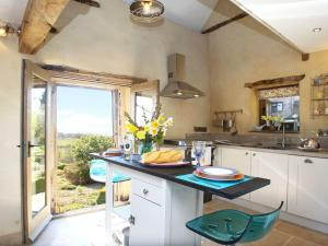 A kitchen or kitchenette at Lavendrye Barn