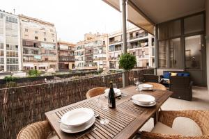 A restaurant or other place to eat at BCN Apartments 41