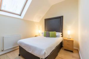 A bed or beds in a room at The Crescent Apartment - Maidenhead Town