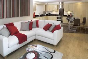 A seating area at The Crescent Apartment - Maidenhead Town