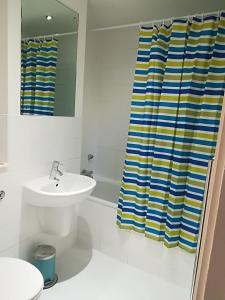 A bathroom at Quality City Apartments