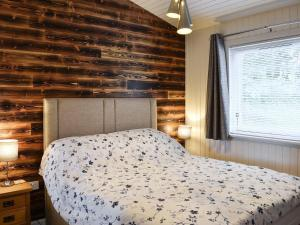 A bed or beds in a room at Cherry Tree Lodge