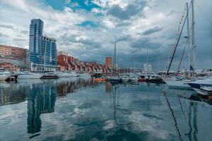 Бассейн в Sea View Apartments on Stanyukovicha или поблизости
