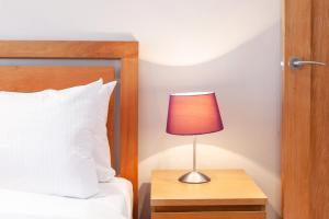 A bed or beds in a room at Stunning 1 Bed Apt, Sleeps 4 nr Notting Hill