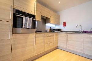 A kitchen or kitchenette at Flexi-lets@Station View Guildford