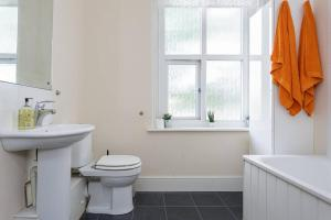 A bathroom at Charles Dickens' Spacious Portsmouth 2 Bed Flat