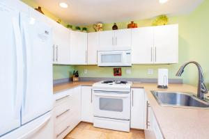 A kitchen or kitchenette at Maui Kamaole L208