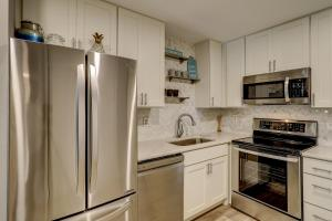 A kitchen or kitchenette at Fiddlers Cove 19E