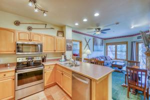 A kitchen or kitchenette at Hidden River Lodge 5975