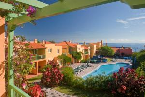 Uitzicht op het zwembad bij Apartamentos La Caleta of in de buurt