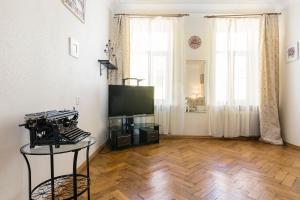 Телевизор и/или развлекательный центр в Classical Apartment, 75m²