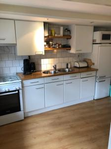 Een keuken of kitchenette bij Zomerhuisje