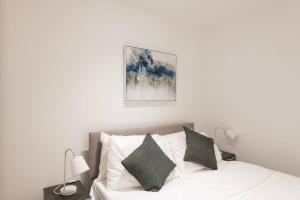 A bed or beds in a room at Sterling Modern Apartment, Brentwood with Netflix & Amazon Music