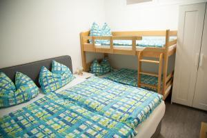 Ein Etagenbett oder Etagenbetten in einem Zimmer der Unterkunft Ferienwohnung Heimberger - Appartement 2