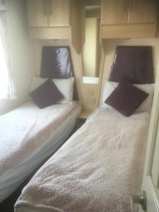 A bed or beds in a room at Visit Rockley