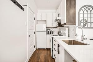 A kitchen or kitchenette at Outstanding Loft Mile-End