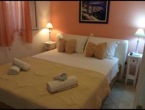 Ein Bett oder Betten in einem Zimmer der Unterkunft Sofia Menigos Apartments No 20